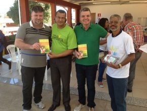 O vereador de Belo Horizonte Juliano Lopes (3º da esquera para a direita) parabenizou a Igreja Adventista pela iniciativa