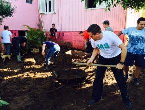 O grupo de jovens retirou entulhos e lama dos pátios das casas atingidas.
