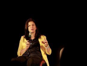 Fernanda Lima, autora do livro Um Passo a Mais, da Casa Publicadora Brasileira compartilhando seu testemunho com os participantes