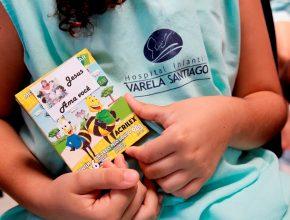 Pacientes do Hospital Infantil Varela Santiago recebem livros que falam de Jesus