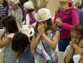 Momento de oração durante E.C.F. na IASD Guanandi, em Campo Grande (MS).