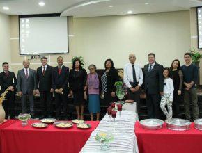 Teonilo (blusa branca) e Maria (rosa) ao lado dos administradores da ARS e do pastor Luciano e sua família. (Fotos: Fabiana Lopes)