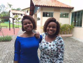 Priscila (18) e a irmã Débora participaram do encontro. Ela também foram homenageadas.