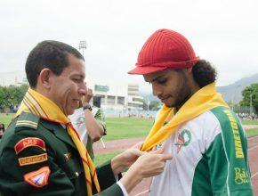 Emerson Firmino recebe o lenço do líder de jovens pr. Sandro Cruz no momento do apelo.