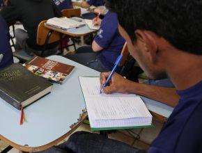 São seis horas de aulas diárias com avaliação das atividades práticas do dia anterior.