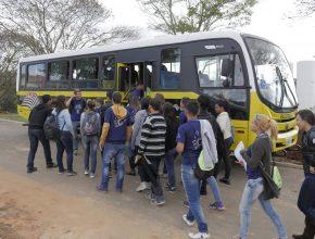 Chegada do ônibus da prefeitura de Araçoiaba para levar os alunos ao campo de trabalho