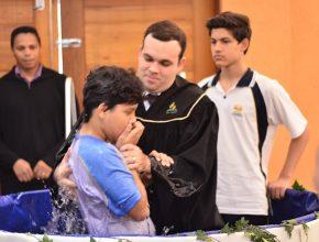 Momento de transformação e alegria. Lucas foi o primeiro a ser batizado