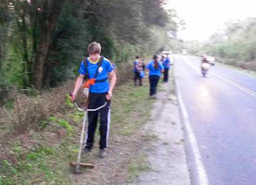 desbravadores limpando rodovia