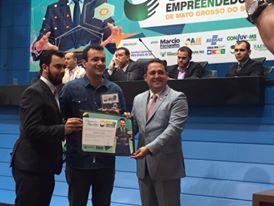 O empresário Jonhnes Carvalho recebe o prêmio Jovem Empreendedor 2015 das mãos de liderança política.