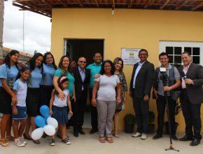 Dona Miriam e amigos do Colégio Adventista de Juazeiro em frente a nova casa. (Foto: AsCom Missão Bahia Norte)
