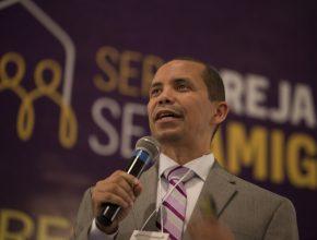 Pastor Alijofran Brandão, presidente da UCOB, fala aos líderes durante o Congresso.