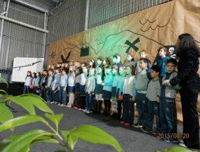 Pequenos alunos cantam em homenagem aos pais. Foto: Pablo Leindorf