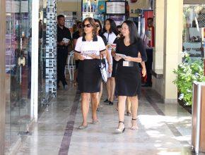 """Mulheres visitam lojas promover o projeto """"Quebrando o Silêncio"""" (Foto: Felipe Pereira)"""