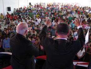 Lideranças da Igreja Adventista do Sétimo Dia oram com mais de 1.500 integrantes de Pequenos Grupos (Foto: Felipe Pereira)