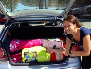 Voluntária austríaca se prepara para fazer doações a imigrantes. Crédito: Adventist Review