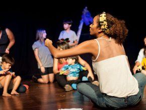 Ana Carolina ensaia grupos de crianças ao longo da semana