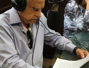 Cid Moreira fazendo uma das atividades que mais gosta: gravando áudios