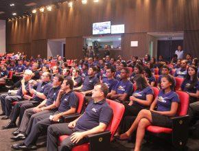 Jovens que participam do Sonhando Alto no Distrito Federal e em Goiânia-GO, formam plateia ao vivo.