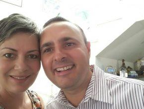 Cássia e o esposo, Fernando, estão juntos na luta contra o câncer de mama