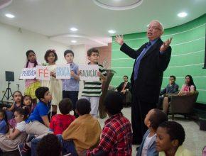 Mário Jorge Lima começou seu tema de sábado com a ajuda das crianças.