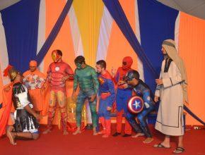 Os 'super-heróis' assistindo Davi derrotar o gigante Golias.