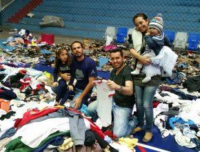 Os desbravadores e calebes ajudaram a organizar as doações. Foto: colaborador local