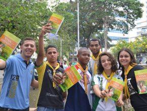 Alunos e funcionários, desbravadores e jovens participaram do projeto Bálsamo.