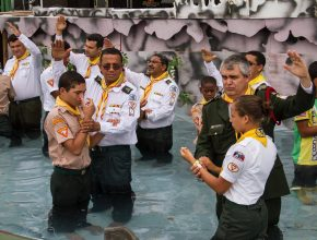 80 juvenis desceram às águas batismais na manhã do sábado
