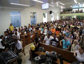 igreja lotada para assistir a apresentação do cantor Ozeias Reis