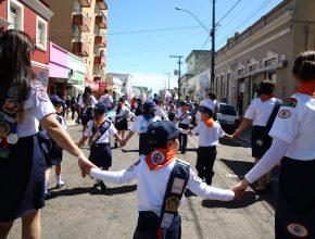 As crianças participaram de uma passeata que percorreu as ruas do centro de Alegrete.