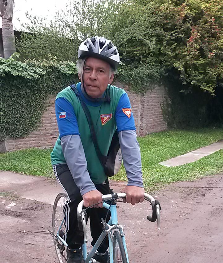 Ramón Verón na antiga bicicleta na qual planeja percorrer mais de seis quilômetros.