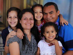 Pastor Ivancy, sua esposa Lucilene e filhos