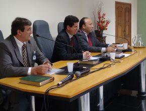 Pastores Luiznei Gambarelli, Itamar Lelis e Alexandre Lopes na direção da reunião.