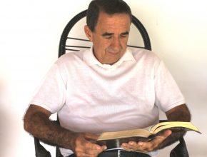Loami no seu cantinho de oração e estudo da Bíblia. Diariamente está lá às 05h30minh, buscando a Deus nas primeiras horas do dia