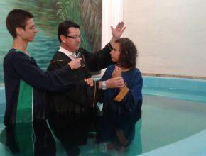 Aline foi batizada na semana do evangelismo Esperança Viva, que está acontecendo em todas as Igrejas Adventistas da América do Sul