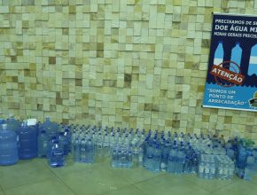 As arrecadações de garrafas e galões de água potável serão enviados às vítimas da tragédia em Minas Gerais