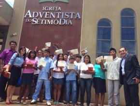 Índios da aldeia Lagoa Rica posam em frente à igreja de Douradina (MS), com seus certificados de batismo