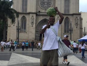 O haitiano Laufant Dumond demonstra sua alegria após receber uma melancia dos voluntários do Instituto Base Gênesis.