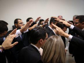 """A chamada """"imposição de mãos"""" é um ato simbólico que aponta para a oficialização da cerimônia."""