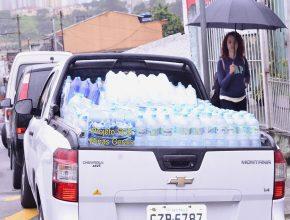 Além do caminhão, uma picape foi utilizada para transportar a água