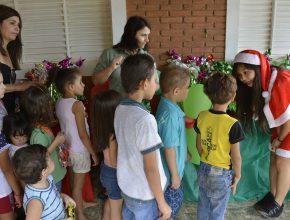 Quase 80 crianças atendidas pela ADRA em Barretos participaram da comemoração do Natal. Foto: Thaís Orlovic