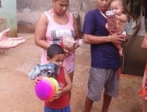 Família carente de Campo Grande recebe cesta de alimentos da Igreja do Oliveira III.