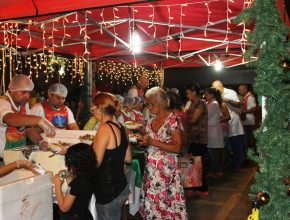 Cerca de 600 pessoas participaram da ceia, após servir-se cada pessoa dirigia-se à tenda de oração e fazia seus pedidos