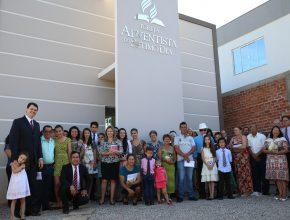 Fiéis do bairro de Victor Issler em igreja recém inaugurada.