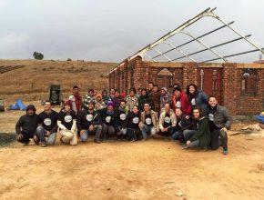 Voluntários do Maranatha Brasil com as pessoas beneficiadas na região: parceria para construir novos templos de adoração.