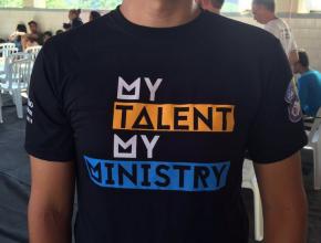 Jovem usa camiseta personalizada para reafirmar o conceito da Igreja Adventista no Estado.