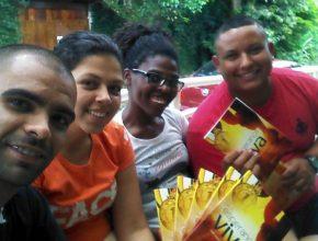 Luis Henrique (vermelho) com os amigos fazendo a distribuição de livros durante o retiro em Penedo.