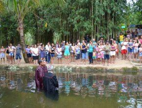 Vários retiros presenciaram batismos. Este foi em Mazomba, com Sheila e Rubenilton.