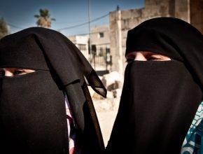 No Oriente Médio, as mulheres devem andar atrás dos homens e não contrariá-los