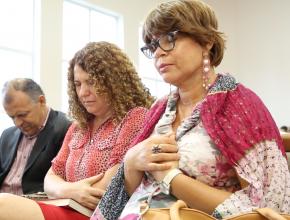Ao centro, Maria do Amparo e seu esposo oram com sua amiga Maria José, já curada do câncer.